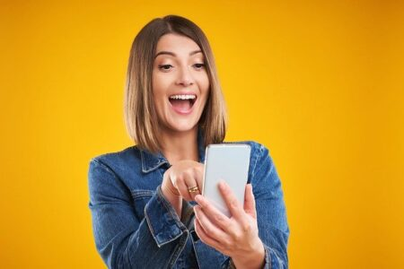 Woman Smiling Smartphone Phone - tatyanaBuzmakova_Krasnova / Pixabay